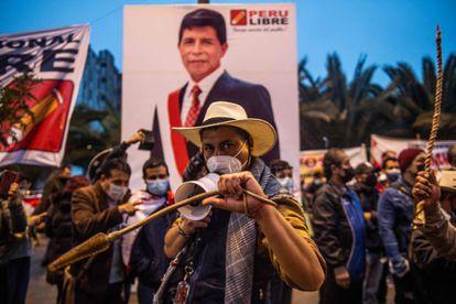 Simpatizantes do candidato presidencial Pedro Castillo marcham em Lima.