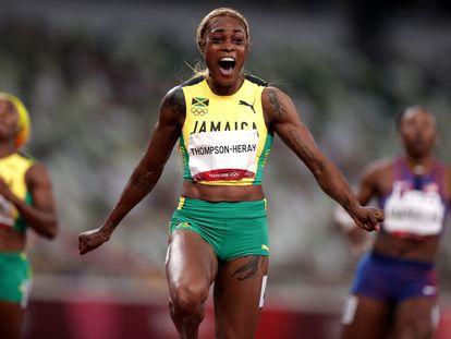 A jamaicana Elaine Thompson-Herah celebra o ouro nos 100m, no qual bateu novo recorde olímpico.