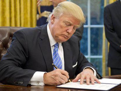 Trump, nesta segunda-feira, assinando vários decretos.
