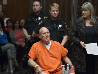 Joseph James DeAngelo, policial aposentado de 72 anos, em frente ao tribunal que o julga por homicídio.