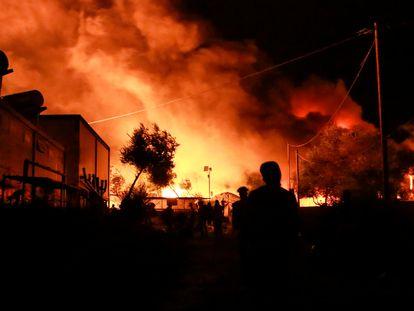 Chamas e fumaça no campo de refugiados de Moria, nesta madrugada. Em vídeo, o incêndio que arrasou o campo de refugiados de Moria.