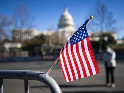 Bandeirola dos EUA pregada em barreira na entrada do Capitólio, cercado após invasão na quarta.