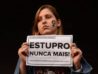 Manifestante em ato contra o estupro em junho em São Paulo.