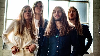A banda Blues Pills. À esquerda, a cantora e compositora sueca Elin Larsson.