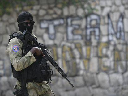 Um policial vigia o lugar em que estão presos os suspeitos de assassinar o presidente haitiano Jovenel Moïse.