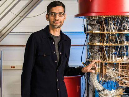 Sundar Pichai, presidente-executivo do Google, ao lado de um dos computadores quânticos da empresa em seu laboratório em Santa Barbara, Califórnia.