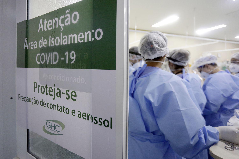Profissionais de saúde correm contra o tempo para atender pacientes com covid-19 na UPA Moacyr Scliar, em Porto Alegre.