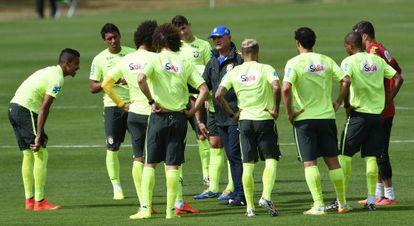 Scolari conversa com os jogadores do Brasil.