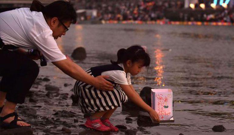 Pai e filha lembram o 70ª aniversário do ataque nuclear a Hiroshima, em 6 de agosto de 2015.