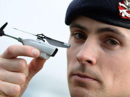 Um militar norte-americano posa com um modelo de 'drone' usado no Afeganistão. / NIGEL RODDIS (GETTY IMAGES)