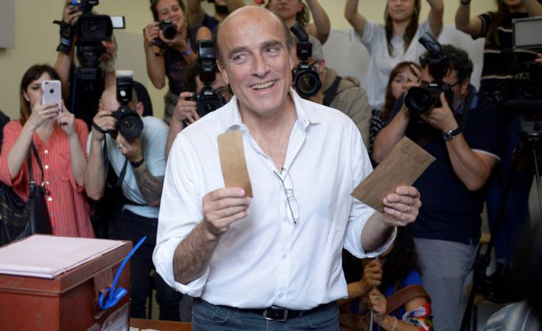 O candidato presidencial Daniel Martínez ao depositar seu voto no domingo no Uruguai.