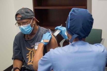 Voluntário recebe a vacina experimental do laboratório Moderna em 5 de agosto, em Detroit (EUA).