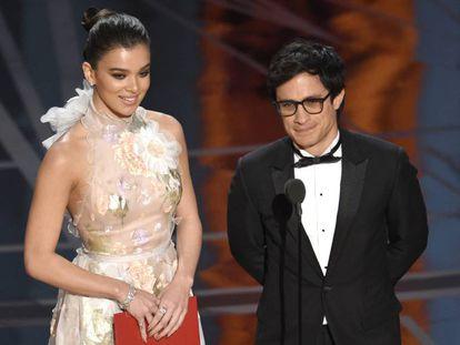 Hailee Steinfeld e Gael García Bernal na entrega do Oscar.