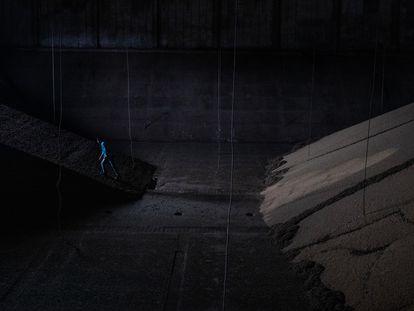 Um trabalhador parece minúsculo perto de uma imensa montanha de soja em um armazém de Sinop, no Mato Grosso. É o coração do agronegócio brasileiro.