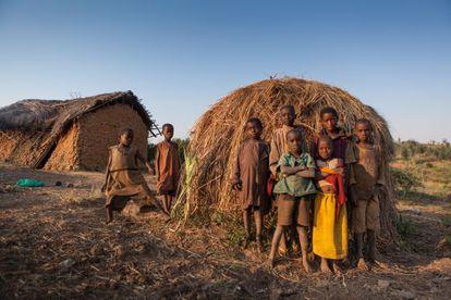 Os batwa são pobres, analfabetos, jamais vão ao médico e as crianças, como estas do povoado de Muzenga, não conhecem as vacinas.