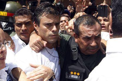 Leopoldo López (centro).