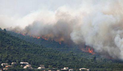 As chamas e a fumaça ameaçam as moradias em Seillons, no distrito de Var.