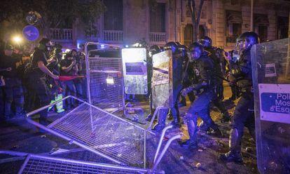 Os Polícias catalães carregam contra os manifestantes em Barcelona em frente à sede da Delegação do Governo.
