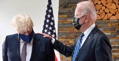 Johnson e Biden conversam durante seu encontro na Cornualha (Reino Unido), em 21 de junho de 2021.