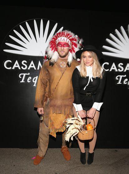 Hilary Duff y su novio Jason Walsh acudieron a una fiesta de Halloween de 2016 vestidos de peregrina estadounidense e indio americano. Después de la reacción de sus admiradores pidió disculpas.