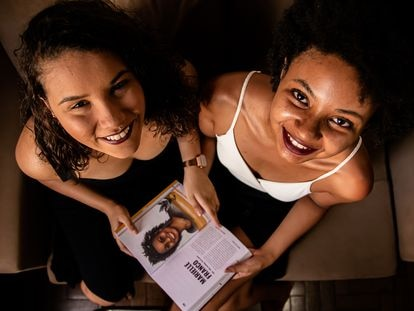 Júlia Rodrigues, 18, e Isadora Ribeiro, 21, respectivamente cofundadora e fundadora do coletivo Narrativas Negras e autoras do livro de mesmo nome que conta a história de mulheres negras.