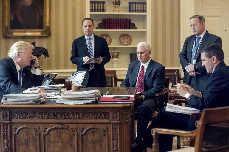 Donald Trump fala ao telefone, em 28 de janeiro, com o presidente da Rússia, Vladimir Putin, sob os olhares de membros de sua equipe, inclusive Flynn (primeiro à direita)