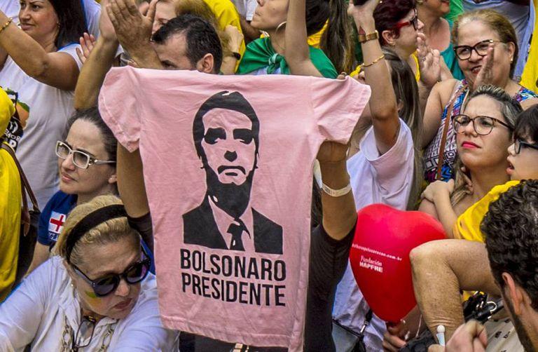 Partidários de Bolsonaro em São Paulo exibem uma camiseta rosa com o rosto do presidente, em uma foto de setembro.