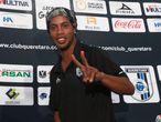 """Ronaldinho saluda durante una rueda de prensa del viernes pasado en Ciudad de México. El jugador del Querétaro negó en esa comparecencia los rumores, provenientes de Brasil, de que pensaba retirarse al final de esta temporada: """"No tiene nada de verdad lo que dijeron sobre retirarme al final de la temporada""""."""