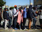 Haitianos fazem fila do lado de fora de um albergue em Tijuana. no México: crise fez imigrantes deixarem o Brasil, para onde foram após o terremoto de 2010.