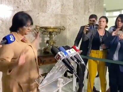 A ministra Damares Alves permanece calada durante entrevista coletiva.