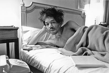 Jimi Hendrix posa na cama de um quarto do hotel Drake, em Nova York, em 1968.