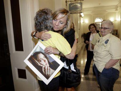 Debbie Ziegler, mãe de Brittany Maynard, com uma foto da filha.