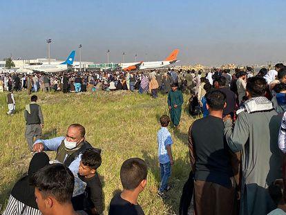 Passageiros lotam aeroporto de Cabul, no Afeganistão, para sair do país.