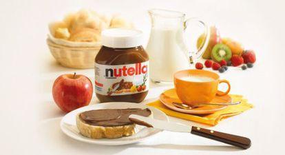 Pote de Nutella ao lado de outros produtos para o café da manhã