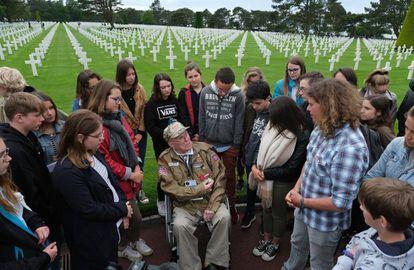 O combatente George Shenkle fala com estudantes franceses, nesta terça-feira no Cemitério Americano da Normandia.
