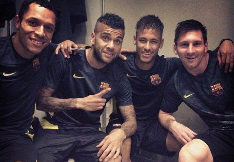 Adriano, Alves, Neymar e Messi, em uma foto de Facebook.