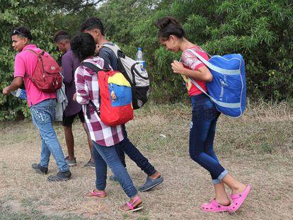 Jovens cruzam a fronteira da Venezuela em direção a Medellín, na Colômbia, em 28 de fevereiro.