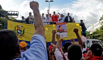 Nicolás Maduro em ato político diante do palácio de Miraflores.