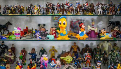 Brinquedos na vitrine da galeria Itapetininga.