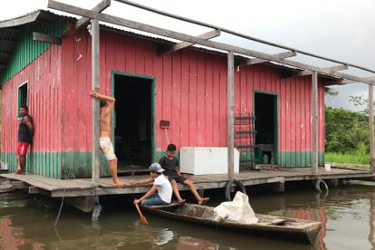 Vista de uma casa às margens do rio Amazonas na aldeia de Punã.