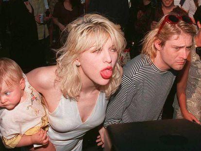 Kurt Cobain com Courtney Love e a filha deles, Frances, em Los Angeles. Foi no Vídeo Music Awards da MTV de setembro de 1993. Sete meses depois, o cantor se suicidava. Em vídeo, trailer do documentário 'Cobain: Montage of Heck'.