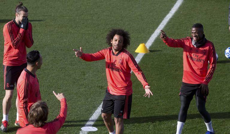 Marcelo, Vinícius Júnior, Modric, Navas e Bale brincam durante treino do Real.