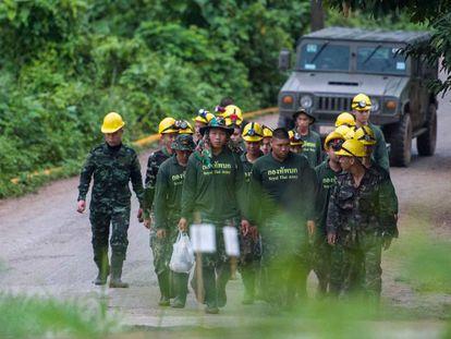 Soldados tailandeses saem da caverna de Tham Luang (Tailândia) nesta segunda-feira