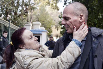 A Grécia ama Varoufakis. Ou pelo menos essa senhora que o cumprimentou justo antes de tomar posse do cargo.