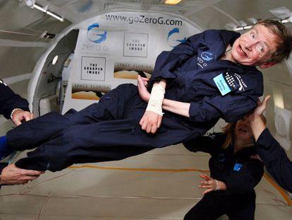 Stephen Hawking experimenta a gravidade zero em 2007.