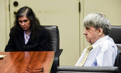 Louise Turpin, à esquerda, e seu esposo, David Turpin, no tribunal em agosto.