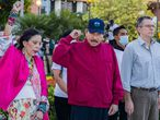 """Handout picture released by Nicaraguan Presidency shows Nicaraguan President Daniel Ortega (C), Vice-President Rosario Murillo (L) and Carlos Fonseca Teran (R) attending to the anniversary ceremony of Sandinista leader Carlos Fonseca Amador birth at the Plaza de la Revoluci�n in Managua on June 23, 2021. (Photo by Handout / Nicaraguan Presidency / AFP) / RESTRICTED TO EDITORIAL USE - MANDATORY CREDIT """"AFP PHOTO / NICARAGUAN PRESIDENCY / CESAR PEREZ  """" - NO MARKETING - NO ADVERTISING CAMPAIGNS - DISTRIBUTED AS A SERVICE TO CLIENTS"""