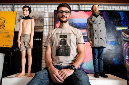 Caramello entre as esculturas 'Sozinho' e 'Oblívio'.