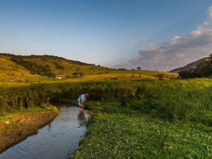 Edson Guimarães, o guardião do terreno do futuro aterro, no rio que abastece a cidade de Araçariguama.