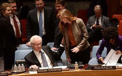 A embaixadora de EUA na ONU, Samantha Power, fala com Vitaly Churkin, seu homólogo russo.